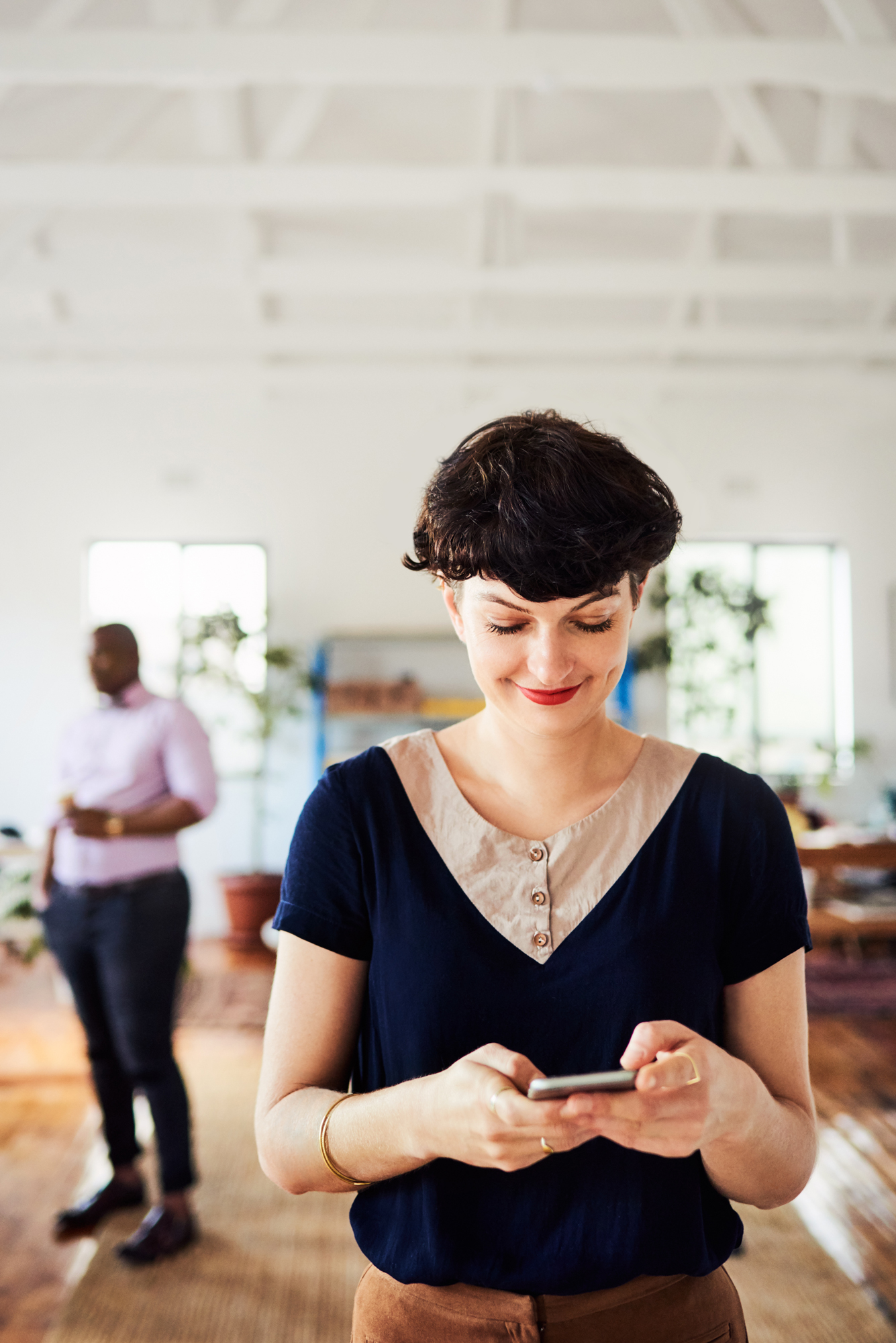 woman accessing digital workplace via mobile